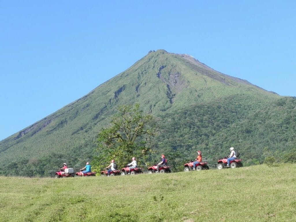 Observe la poderosa presencia del volcán sobre su propio cuatrimoto y luego, pase la segunda parte del día haciendo rafting en el río Balsa clase II y III.