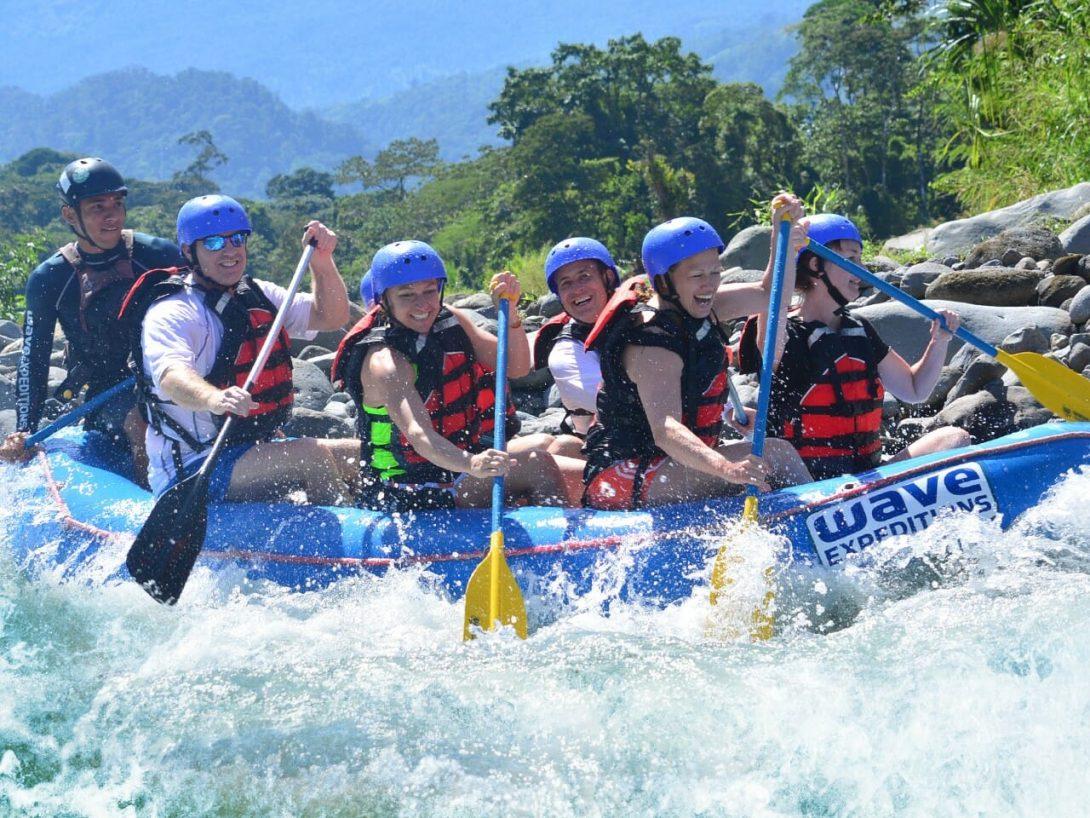 Experimente la emoción de rafting en aguas rápidas clase iii y iv